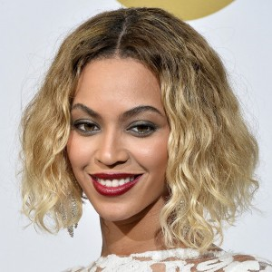 Flaunting a two-toned ombre wavy bob at 2014 Grammys.